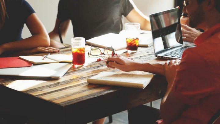 Est-ce que le directeur commercial peut remplacer le responsable ressource humaine?